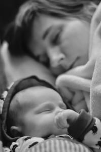 Moeder en dochter slapend op de bank - Paul Tesselaar